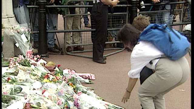 stockvideo's en b-roll-footage met wide shot people gathered at victoria monument emotional mourners members of the public leaving flowers on in london england - dood begrippen