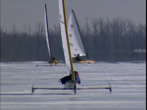 1999 wide shot people ice sailing in ice yacht on frozen st. lawrence river/ montreal, quebec, canada - sankt lorenz strom stock-videos und b-roll-filmmaterial