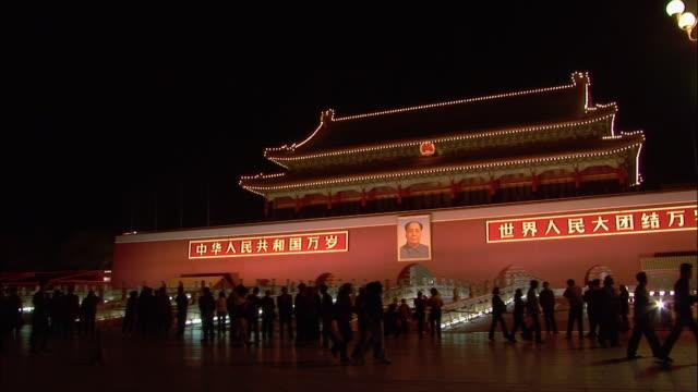 vídeos de stock, filmes e b-roll de wide shot people in front of gate of heavenly peace at night/ beijing, china - portão da paz celestial de tiananmen