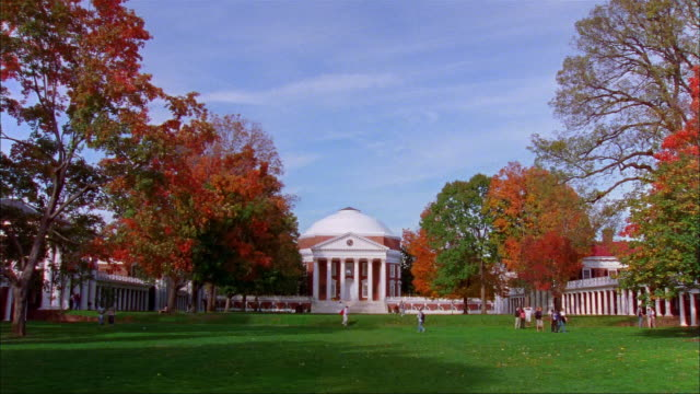 vídeos de stock, filmes e b-roll de wide shot people on lawn at university of virginia/ charlottesville - domo