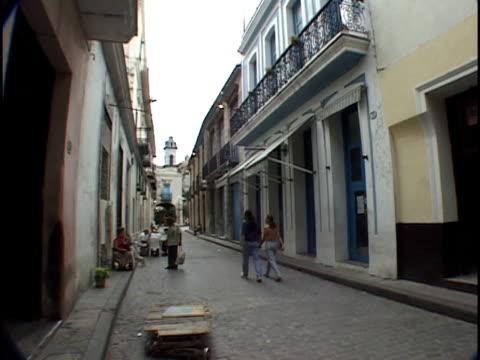 vídeos y material grabado en eventos de stock de wide shot people walking down narrow street/ havana, cuba - menos de diez segundos