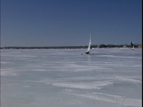 1999 wide shot person ice sailing in ice yacht on frozen st. lawrence river/ montreal, quebec, canada - sankt lorenz strom stock-videos und b-roll-filmmaterial