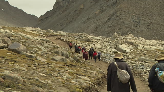 wide shot pilgrims doing circumambulation around mount kailash lhasa tibet china - pellegrino video stock e b–roll