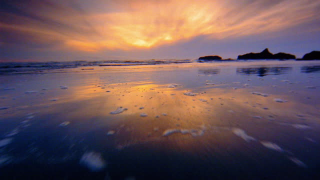 vídeos de stock e filmes b-roll de wide shot point of view over beach into ocean surf at sunset / olympic national park, washington coast - dolly shot