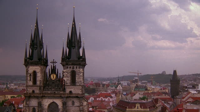 vídeos de stock, filmes e b-roll de wide shot prague cityscape with tyn church in foreground / czech republic - stare mesto