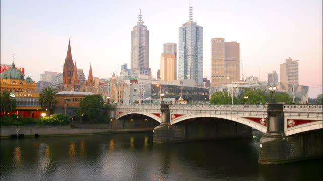 wide shot princess bridge w/city skyscrapers in background / melbourne - 2003年点の映像素材/bロール