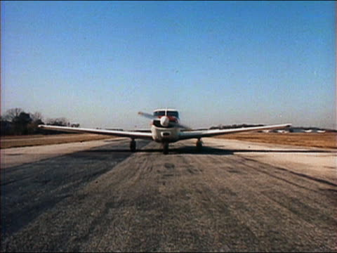 vídeos de stock, filmes e b-roll de wide shot private airplane moving towards cam on runway and stopping / door opening - 2005