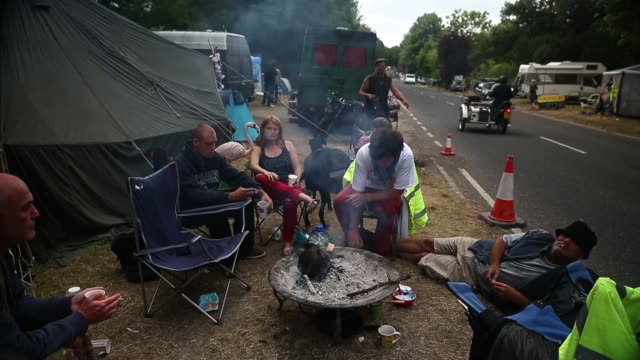 wide shot, protestors sitting at a camp fire. protesters gather outside a drill site operated by cuadrilla resources ltd on august 19, 2013 in... - west sussex stock videos & royalty-free footage