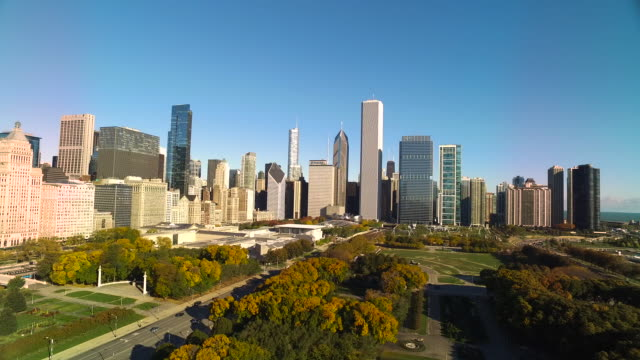 wide shot pulling away from chicago skyline and twisting toward chicago harbor - グラントパーク点の映像素材/bロール