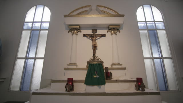 stockvideo's en b-roll-footage met wide shot, religious altar with crucifix - altaar
