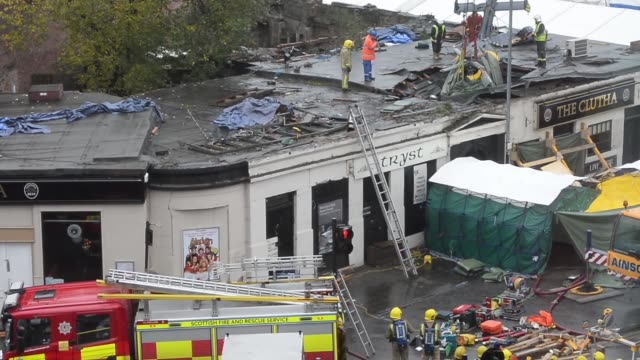 wide shot rescuers lift the police helicopter wreckage from the roof of the the clutha pub on december 2 2013 in glasgow scotland a ninth body has... - ヘリコプター事故点の映像素材/bロール