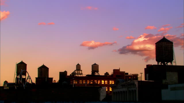 wide shot rooftops and water towers at dusk / nyc - whatif点の映像素材/bロール