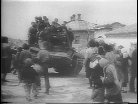 wide shot russian ground assault liberation / massive russian army rushes up embankment and into ruined city / guns fire as soldiers climb debris... - 1944 bildbanksvideor och videomaterial från bakom kulisserna