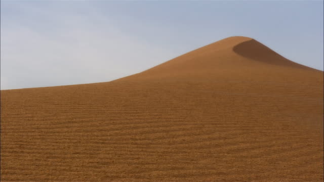 wide shot sand dune, dubai, united arab emirates, january 2007 - desert stock videos & royalty-free footage