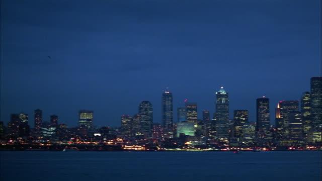vídeos y material grabado en eventos de stock de wide shot seattle skyline at night / washington - estrecho de puget