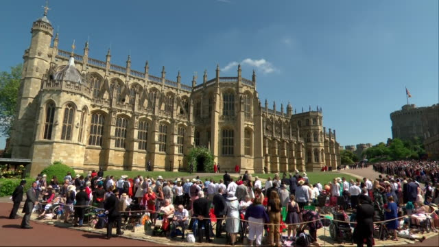 vidéos et rushes de wide shot showing guests invited into the grounds of windsor castle waiting outside st george's chapel for the wedding of prince harry and meghan... - chapelle