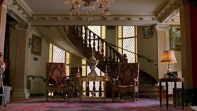 stockvideo's en b-roll-footage met wide shot sitting room in mansion - landhuis