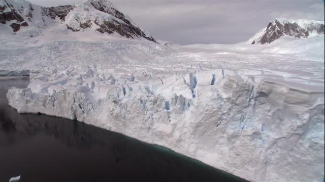 wide shot snowcapped glaciers floating on coast of antarctic sea/ antarctica - crevasse stock videos & royalty-free footage