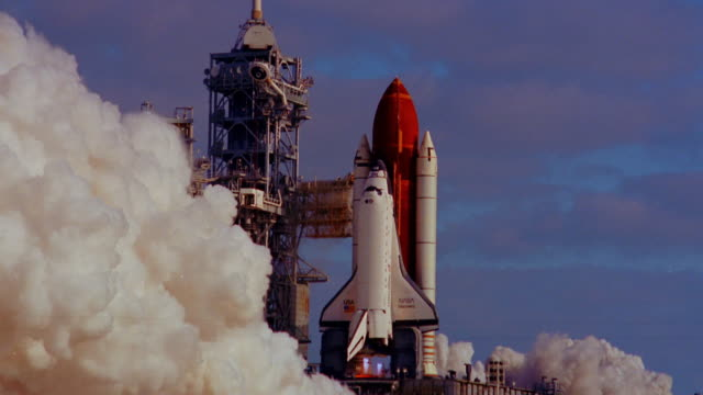 vídeos de stock e filmes b-roll de wide shot space shuttle discovery taking off with enormous amount of smoke / florida - nave espacial