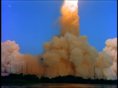 vídeos y material grabado en eventos de stock de wide shot space shuttle taking off with enormous amount of smoke / florida - transbordador espacial