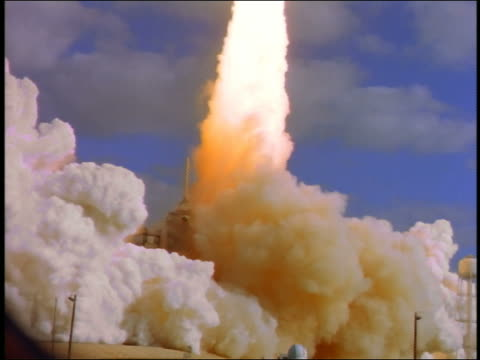 wide shot space shuttle taking off with enormous amount of smoke / florida - rakete stock-videos und b-roll-filmmaterial