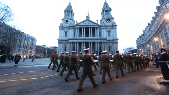 stockvideo's en b-roll-footage met wide shot st paul's cathedral at dawn during a military rehearsal of the funeral of former british prime minister margaret thatcher, band heard... - alle vlaggen van europa