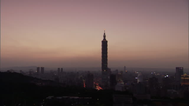 wide shot static _ light fades around the taipei 101 / taipei, taiwan - taipei 101 stock videos & royalty-free footage