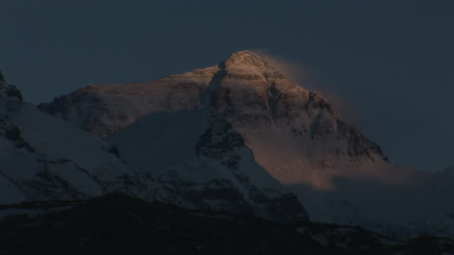 wide shot static _ snow covers mount everest as night falls / nepal - majestic stock videos & royalty-free footage