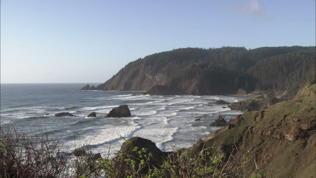 wide shot static - gentle waves wash ashore on a rocky oregon coast/oregon, usa - oregon coast stock videos & royalty-free footage