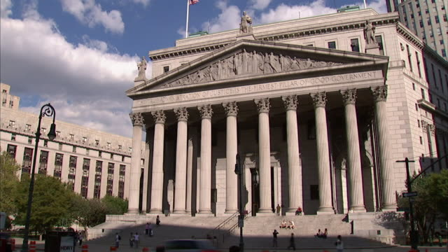 stockvideo's en b-roll-footage met wide shot static - pedestrians climb the steps of the new york supreme court. / new york city, new york, usa - gerechtsgebouw