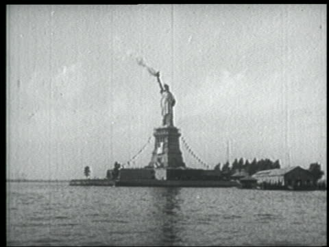 b/w 1939 newsreel wide shot statue of liberty with smoke coming from torch / nyc - freiheitsstatue stock-videos und b-roll-filmmaterial
