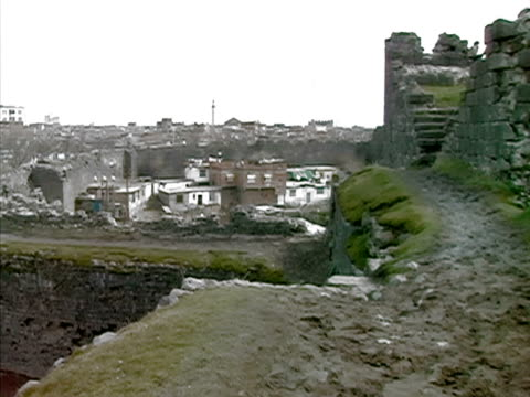 wide shot stone wall of medieval ruins surrounding old city/ diyarbakir, anatolia, turkey - surrounding wall stock-videos und b-roll-filmmaterial