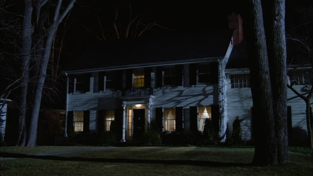 vidéos et rushes de wide shot suburban house with lights on at night / lights turning off - allumer ou éteindre