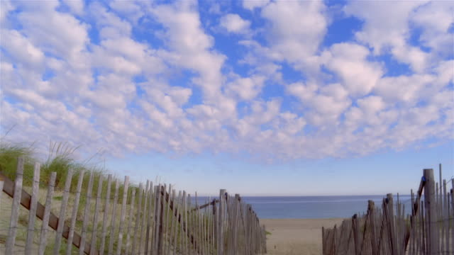 vidéos et rushes de wide shot tilt down fence and footpath to beach/ provincetown, massachusetts - limite