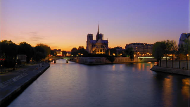 wide shot time lapse boats on river seine and notre dame / paris, france - chiatta video stock e b–roll
