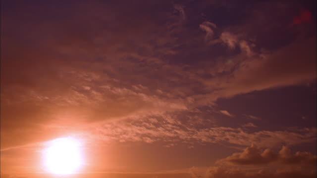 vidéos et rushes de wide shot time lapse clouds rolling at sunset / california - ciel seulement