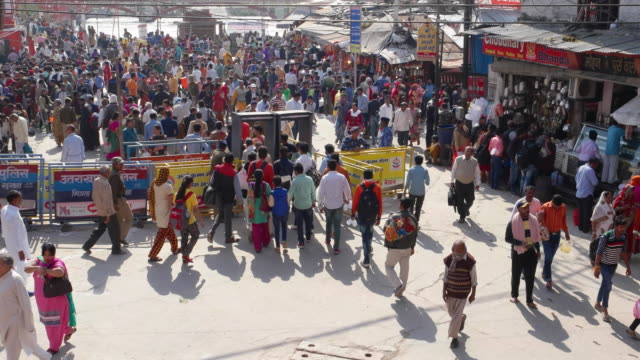 vidéos et rushes de wide shot time lapse croeds of people at the controlled entry and exit points to the ghats of river ganges in haridwar, uttarakhand, india - activité