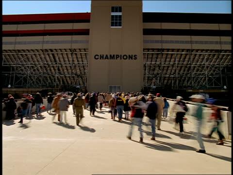wide shot time lapse crowd of people entering stadium - 入る点の映像素材/bロール