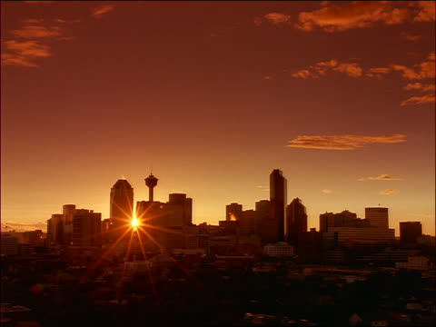 vídeos de stock, filmes e b-roll de wide shot time lapse slow moving clouds over skyline of calgary at sunset - calgary