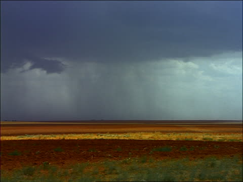 vidéos et rushes de wide shot time lapse storm moving over texas plains + farmland - grandes plaines américaines