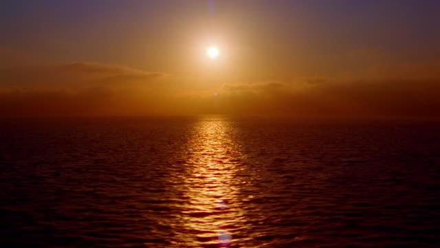 vídeos de stock, filmes e b-roll de wide shot time lapse sun setting above ocean / california - pacífico norte