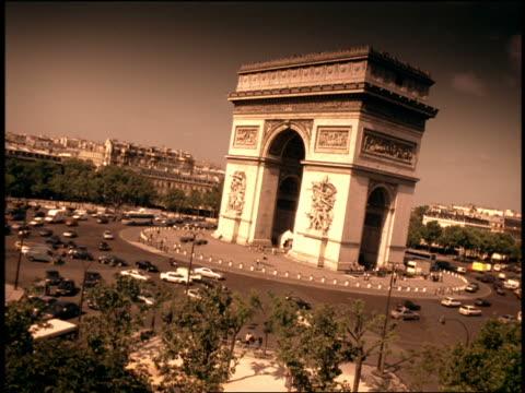 vidéos et rushes de blue canted wide shot time lapse traffic driving around arc de triomphe / paris, france - arc élément architectural