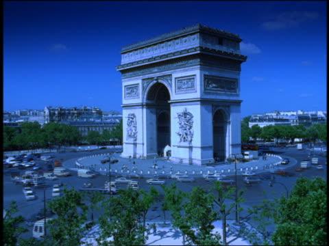 vidéos et rushes de blue wide shot time lapse traffic driving around arc de triomphe / paris, france - arc élément architectural