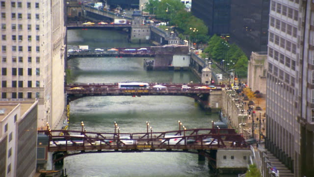 vídeos de stock, filmes e b-roll de wide shot time lapse traffic moving over bridges on chicago river - drawbridge