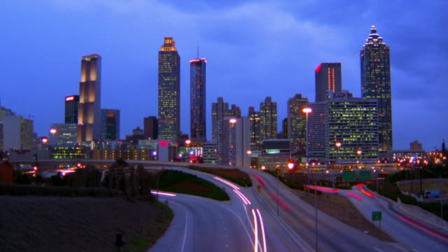 vídeos y material grabado en eventos de stock de wide shot time lapse traffic on highways with atlanta skyline in background / dusk to night / georgia - 1996