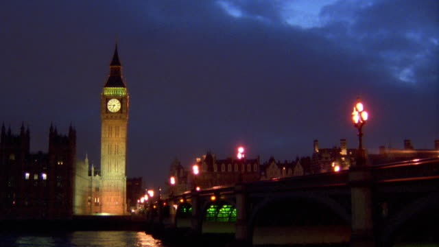 vídeos de stock e filmes b-roll de wide shot time lapse traffic on westminster bridge with big ben in background at night / london - cultura britânica