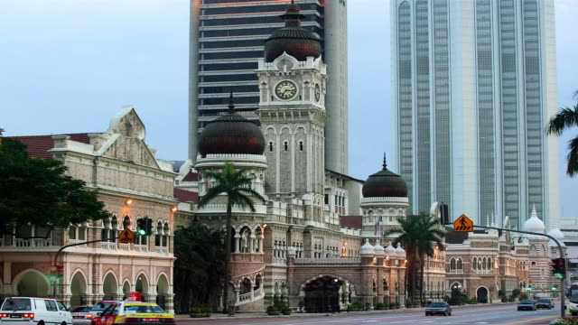 wide shot time lapse traffic passing in front of sultan abdul samad building from day to night/ kuala lumpur - sultan abdul samad gebäude stock-videos und b-roll-filmmaterial
