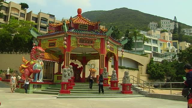wide shot tin hao temple entrance hong kong china - 史跡めぐり点の映像素材/bロール