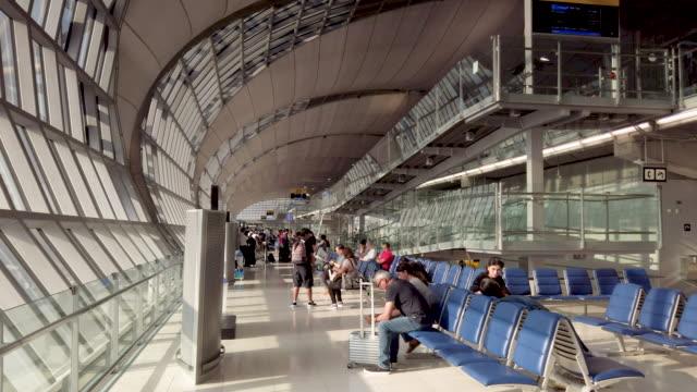 4K Wide shot Tourist in Suvarnabhumi Flughafen