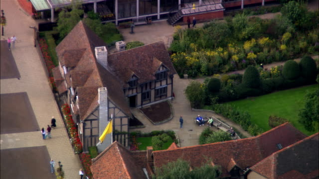 wide shot tourists sightseeing outside william shakespeare's birthplace on hemley street/ stratford-upon-avon, warwickshire, england - william shakespeare stock videos & royalty-free footage